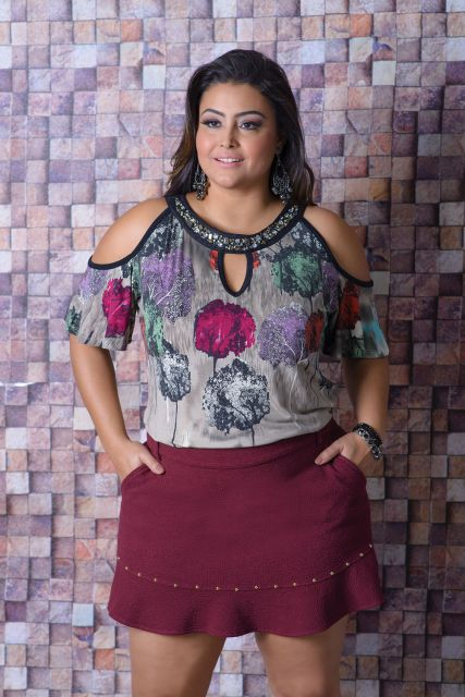 blusa ombro vazado na moda plus size