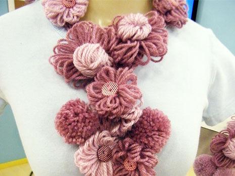 cachecol de tricô com flor e pompom