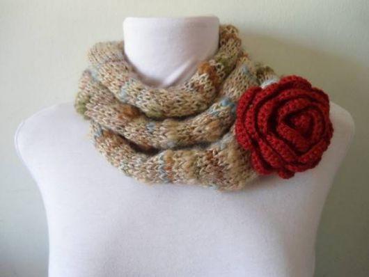cachecol de tricô modelo com flor