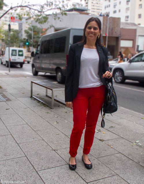 calça dobrada em look básico