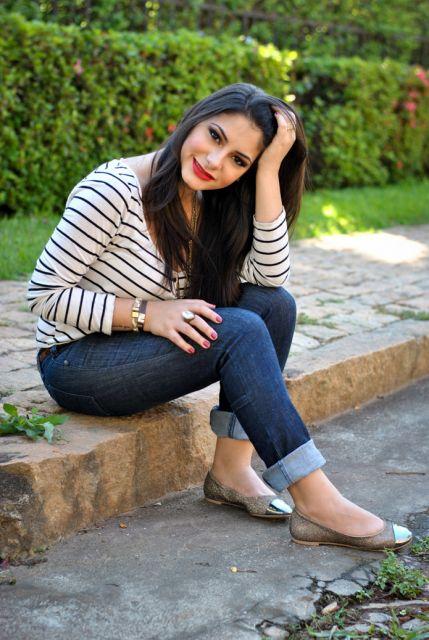 calça dobrada jeans com sapatilha
