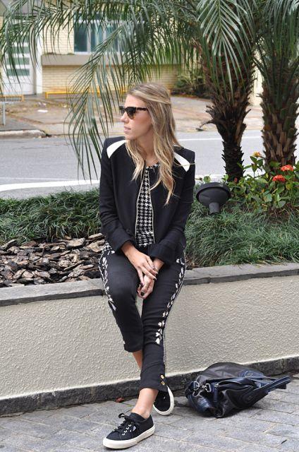 tênis preto e calça dobrada