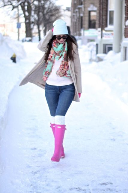 look de inverno com bota rosa