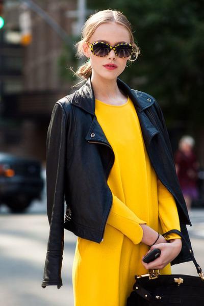 vestido amarelo com jaqueta preta