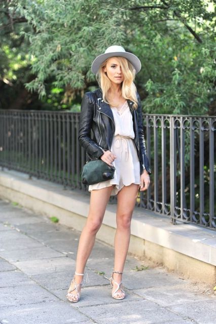 jaqueta de couro com peça delicada