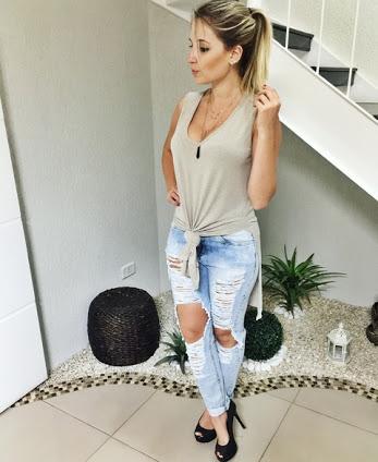 maxi tee amarrada com calça jeans