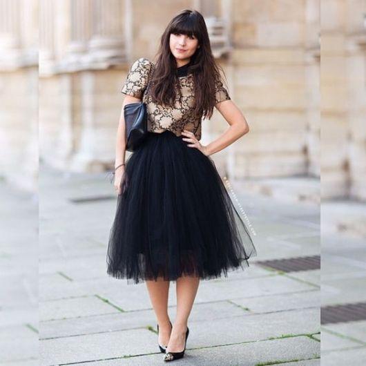 blusa preta e dourada
