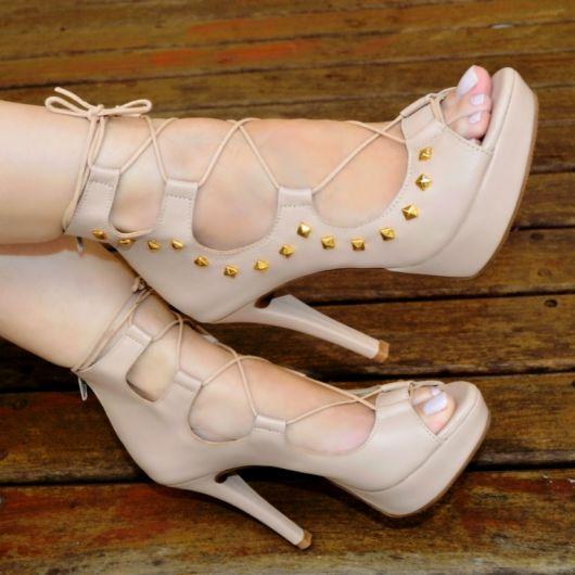 sandália meia pata de couro cor bege