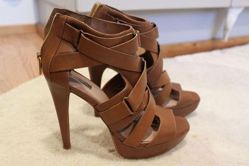 sandália meia pata com tiras em couro