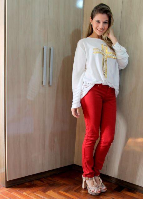 sandália meia pata com calça jeans colorida
