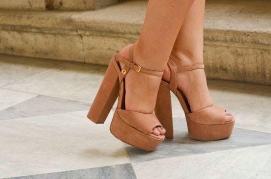 sandália meia pata com salto grosso