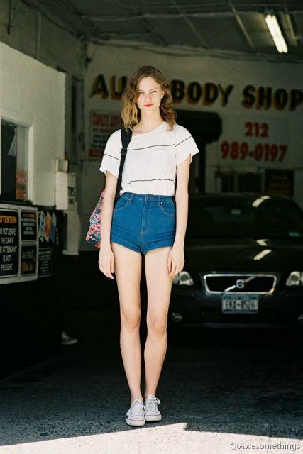 short hot pants jeans com tshirt
