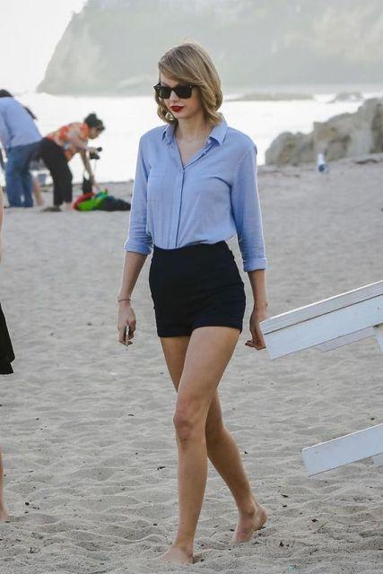 short hot pants preto na praia