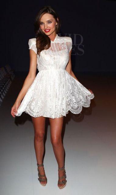 Vestido branco de renda ate o joelho