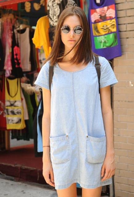 vestido jeans claro com óculos
