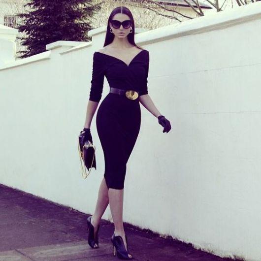 vestido tubinho preto colado ao corpo