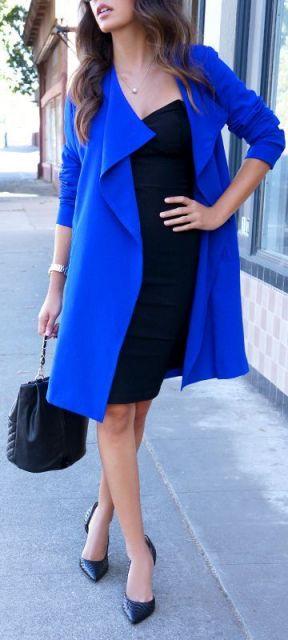 vestido tubinho preto com casaco azul