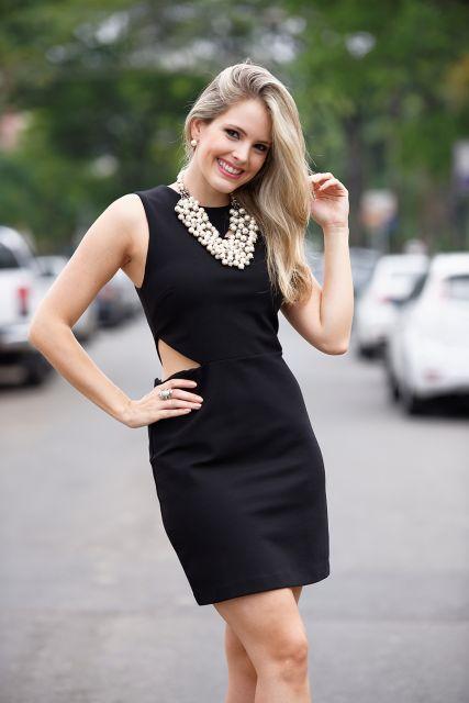 vestido tubinho preto com colar