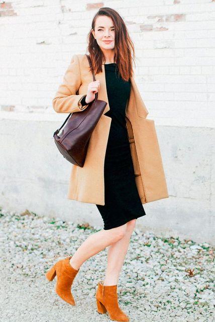 vestido tubinho preto com cor camelo