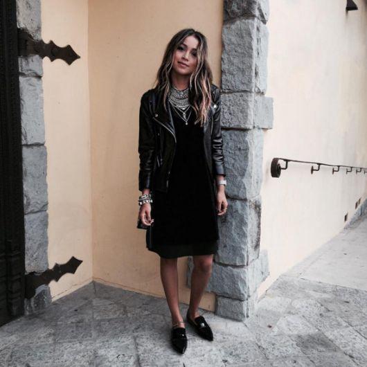 vestido tubinho preto jaqueta de couro