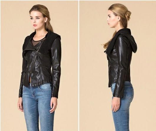 jaqueta de couro com capuz com calça jeans