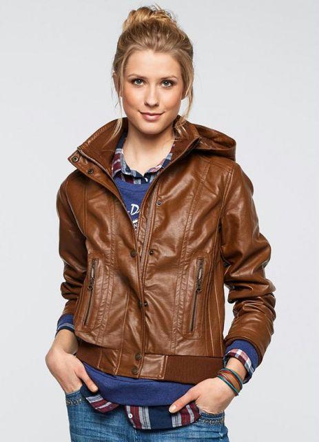 jaqueta de couro com capuz marrom