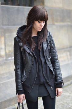 look casual com jaqueta de couro com capuz
