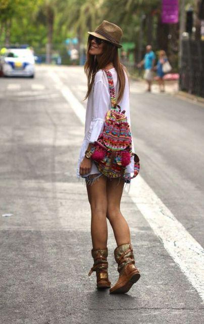 moda street style com mochila étnica