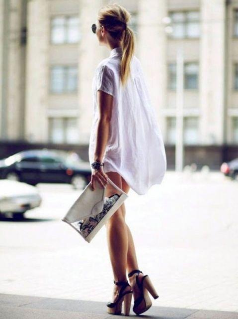 tamanco de madeira com vestido branco