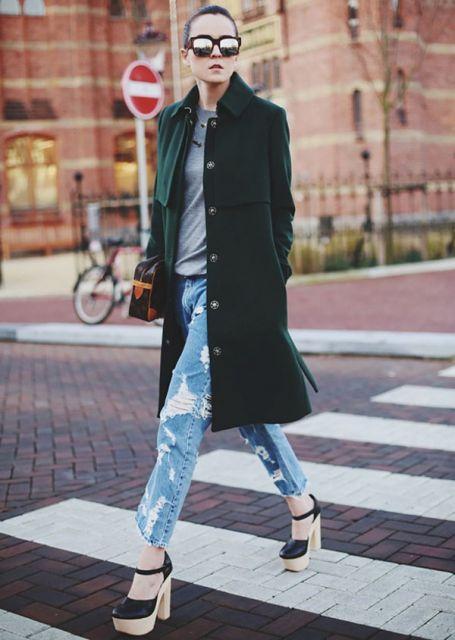 calça jeans rasgada com tamanco de madeira