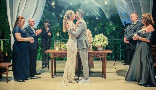 Noiva-com-vestido-de-croche-beijando-o-noivo