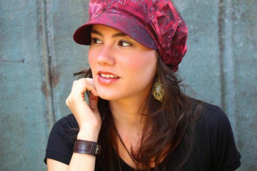 boina feminina que tem aba vermelha