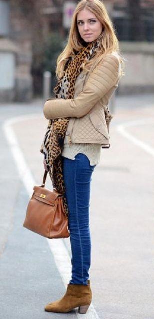bota caramelo com calça jeans justa