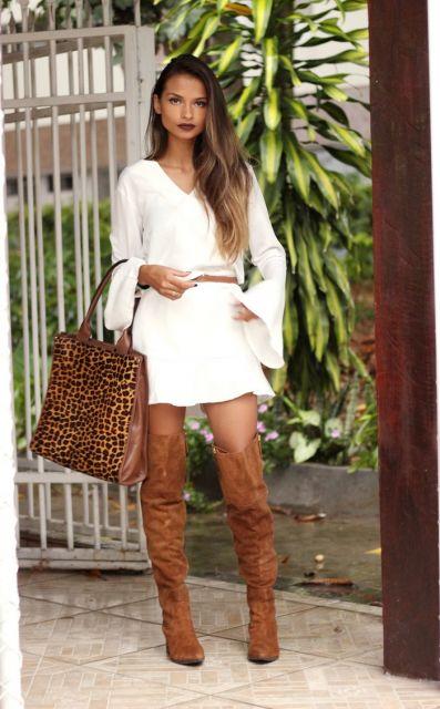 bota caramelo com vestido branco curto