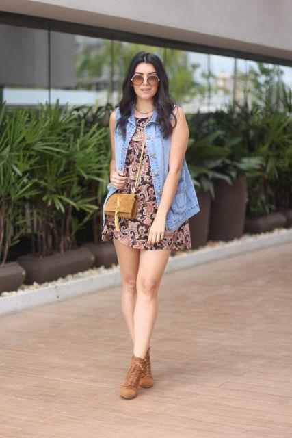 bota caramelo com vestido floral