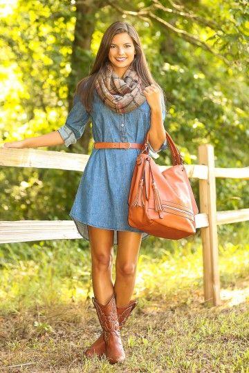 bota caramelo com vestido jeans