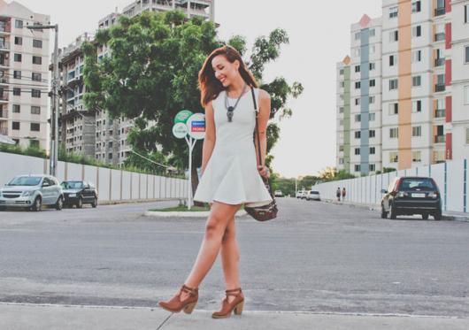 bota caramelo com vestido branco