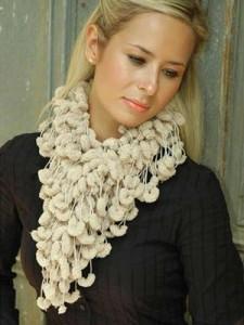 cachecol de crochê com lã pompom