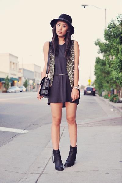 looks com ankle boot com vestido curto preto