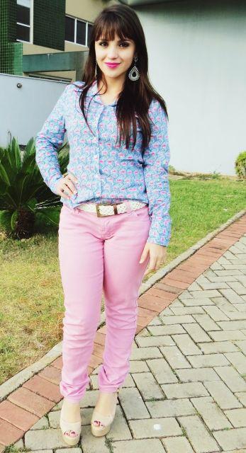 looks com camisa estampada com calça jeans colorida