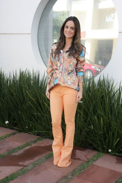 looks com camisa com calça colorida