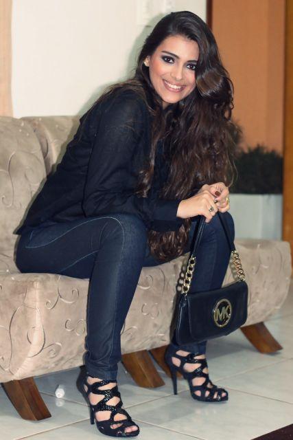 looks com camisa preta e calça jeans