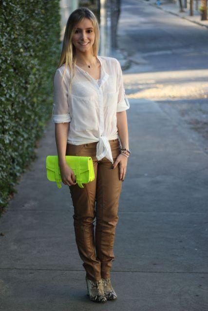 looks com camisa com calça marrom