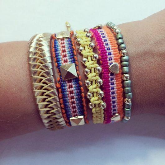 pulseiras hippie chics com dourado