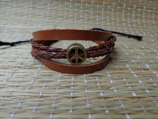 pulseiras hippie de couro com o simbolo da paz