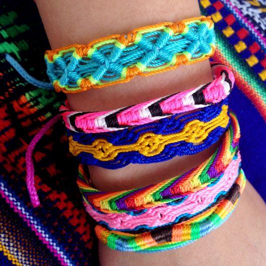 pulseiras hippie colorida macramê