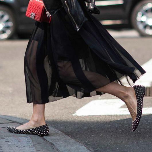 sapatilha com spikes com saia longa preta