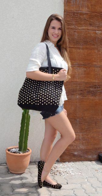 sapatilha com spikes combinando com a bolsa