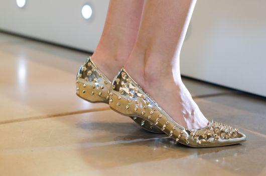 sapatilha com spikes dourada