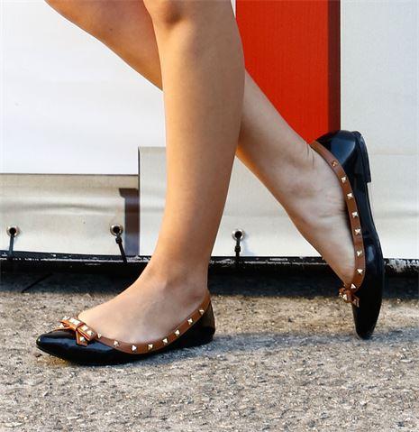 sapatilha com spikes preta e dourada